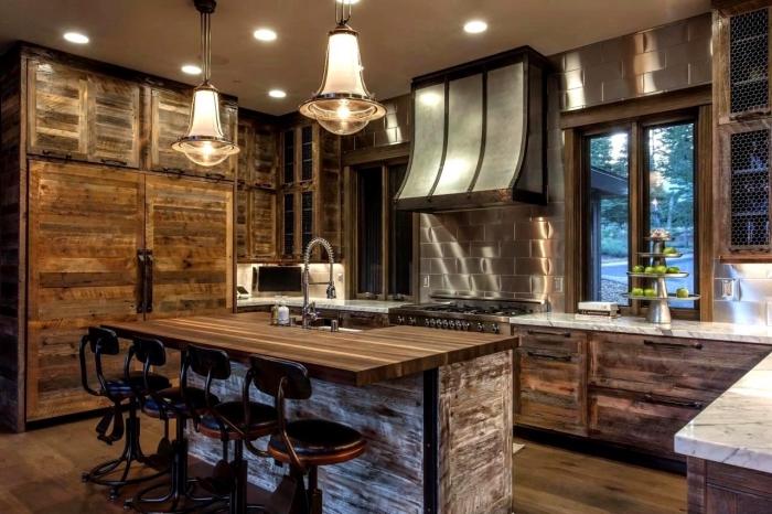 style rustique dans une cuisine aménagée aux murs foncés et parquet de bois avec meubles de bois massif
