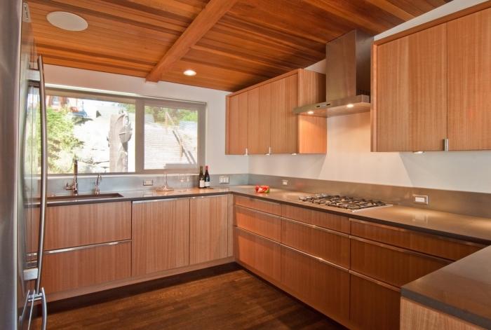 aménagement de cuisine en bois avec parquet bois foncé et plafond au bois marron, modèle de cuisine en U
