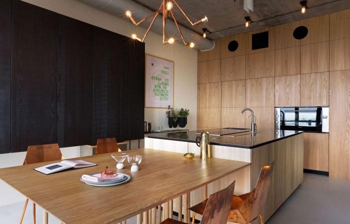 meuble cuisine bois au plafond gris avec pan de mur en bois peint noir mate, modèle de cuisine avec ilot central