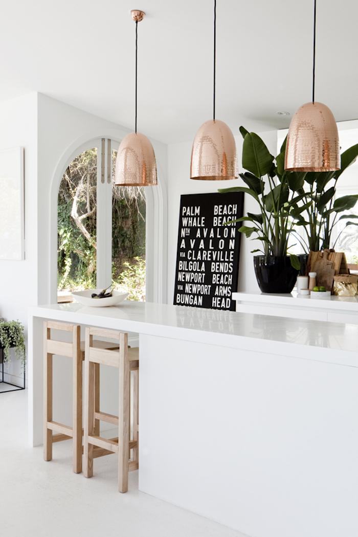Idée comment décorer la cuisine moderne cuivre et bois cuisine blanche scandinave déco simplicité et fonctionnalité