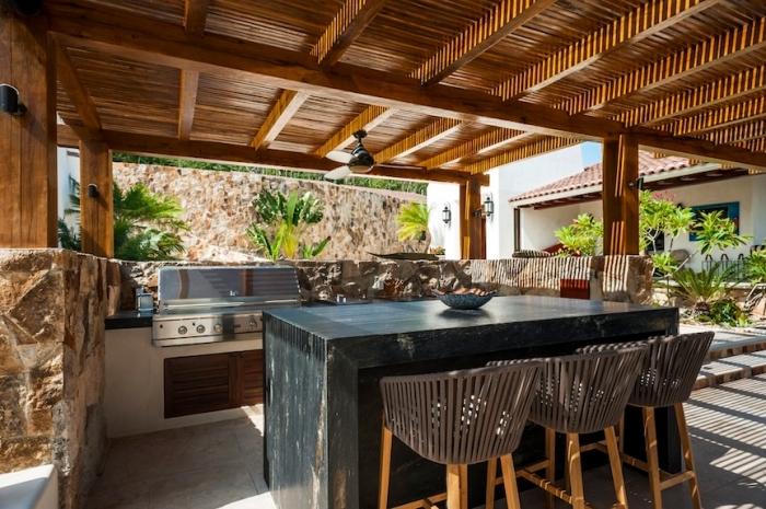 modèle de cuisine d été couverte avec toit de bois et ventilateur de plafond, aménagement cuisine avec ilot central en bois foncé solide