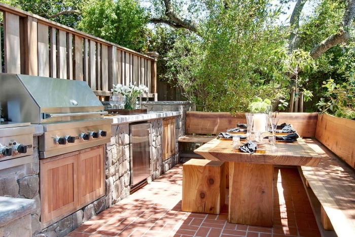 modèle de cuisine d'été en bois avec coin table à manger de bois solide, idée aménagement cuisine d'été en bois et acier