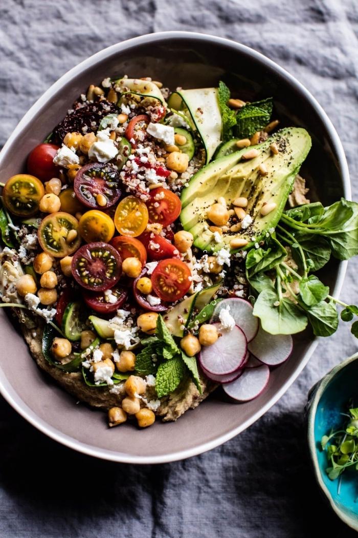 salade fraicheur vitaminée à la grecque, de quinoa, pois chiches, tomates cerises, avocat, radis et fromage de chèvre et houmous fait maison