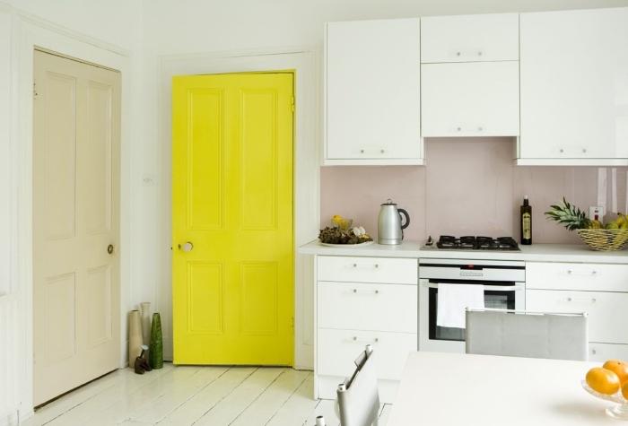 touche de couleur vitaminée dans une cuisine blanche avec une porte interieure repeinte en jaune fluo