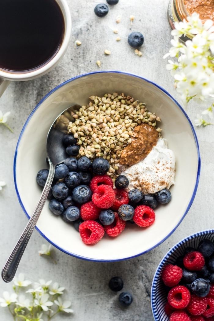 recette santé de bol de petit déjeuner préparé avec du sarrasin germé, yaourt, beurre de noix maison et un mix de fruits rouges