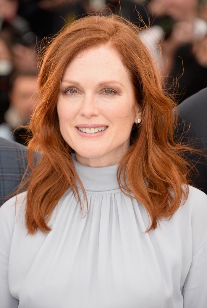 coloration pour cheveux chatain clair avec teinture de nuance cuivrée, maquillage pour yeux verts ou bleus avec rouge à lèvre nude