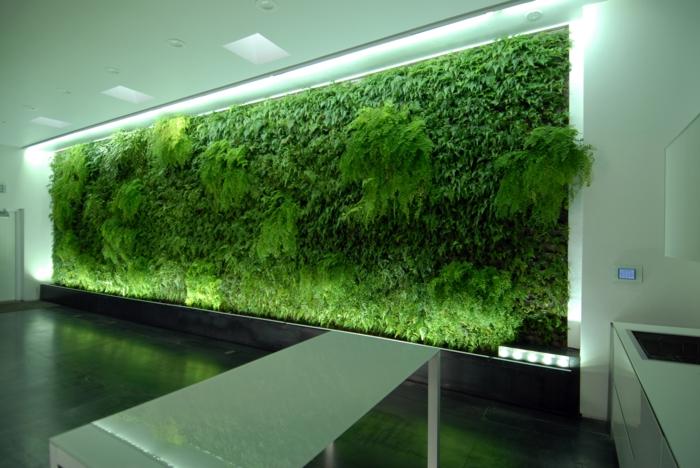 mur végétal intérieur dans un couloir public d'un édifice avec des bureaux de compagnies internationales, illumination discrète sur les plantes vertes, accents lumineux