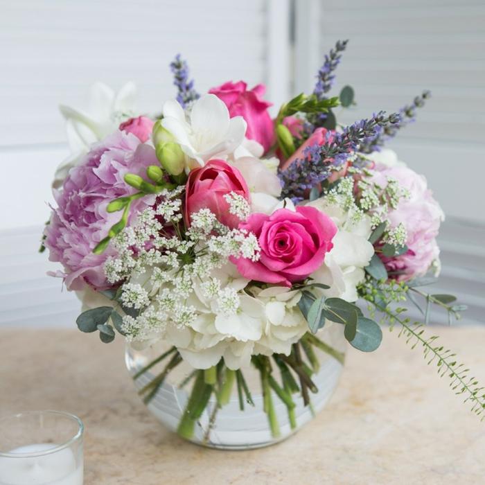 bouquet fleurs roses lilas et blanches mises dans un petit vase en verre, roses, hortensias et lilas