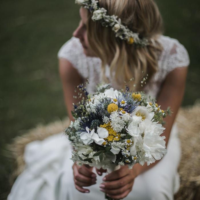 joli bouquet avec des fleurs des prés, une mariée hippie chic douce avec couronne de fleurs