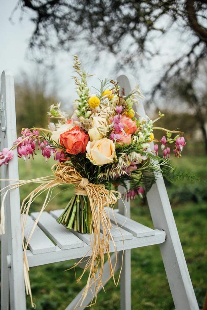 bouquet rustique avec des fleurs différentes décoré avec un ruban de paille
