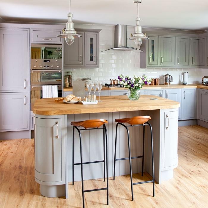modèle de déco campagne dans une cuisine avec parquet de bois équipée de meubles bois peints en couleur pastel