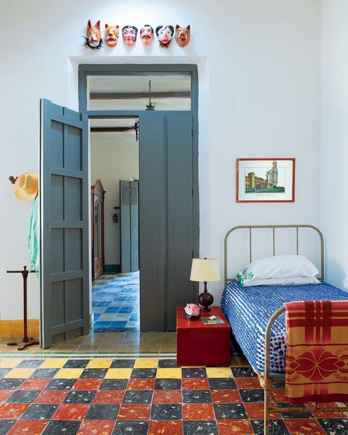quelle couleur de peinture pour peindre une porte en bois, une chambre au look vintage avec une porte peinte en gris anthracite en contraste avec les accents colorés
