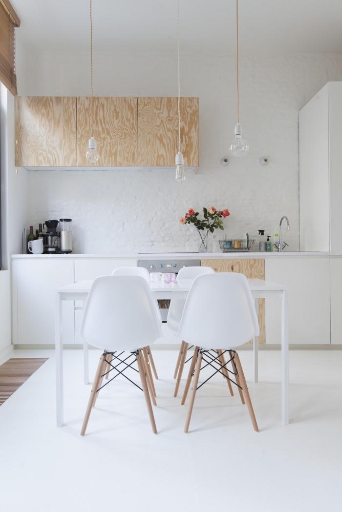 aménagement de cuisine bois moderne aux murs blancs et sol blanc avec meubles de bois clair, déco salle à manger ouverte
