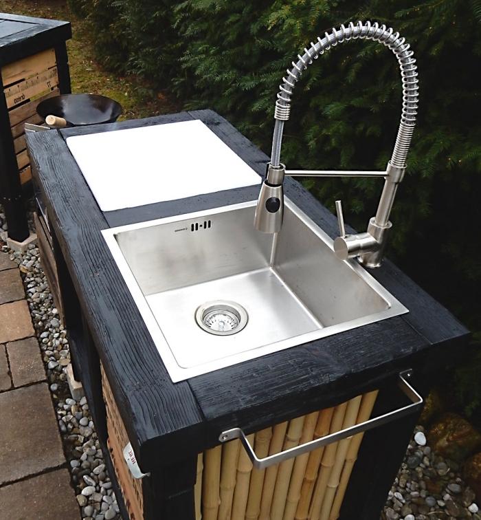 modèle de robinet extérieur avec bas de bambous et surface en bois solide peint en noir, modèle de robinet extérieur