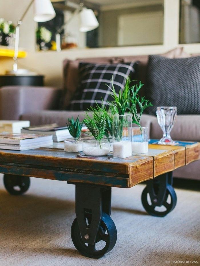 table palette à roulettes d'esprit atelier et d'aspect brut, décorée avec des mini plantes vertes