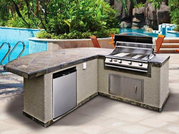 cuisine équipée avec modules barbecue et four inox, exemple de mini ilot pour jardin ou piscine avec kit barbecue
