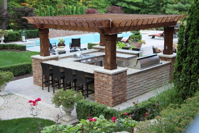 idée comment aménager un jardin avec piscine et coin de cuisine couverte en toit de bois massif et ilot en pierre