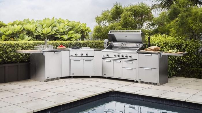 exemple de cuisine d'été avec modules en acier inoxydable, modèle de barbecue et plancha à gaz pour jardin