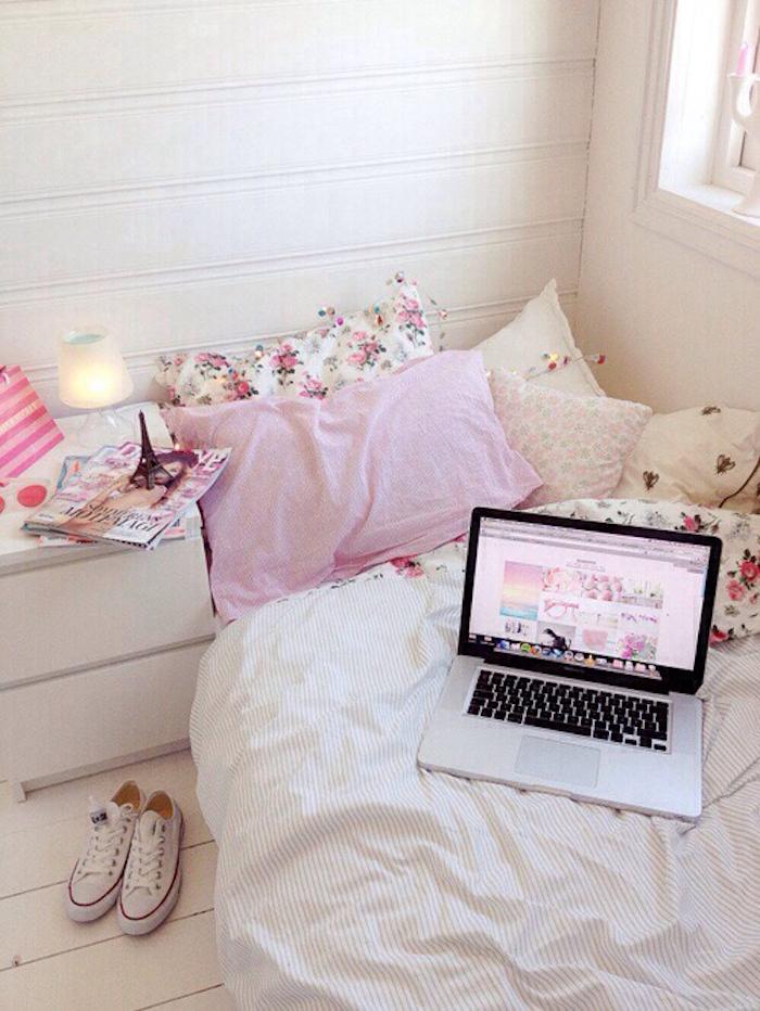 Rose poudree chambre à coucher ado rose poudré et blanc décoration douce et sucrée fille baskets converse ordinateur mac tour Eiffel décoratif