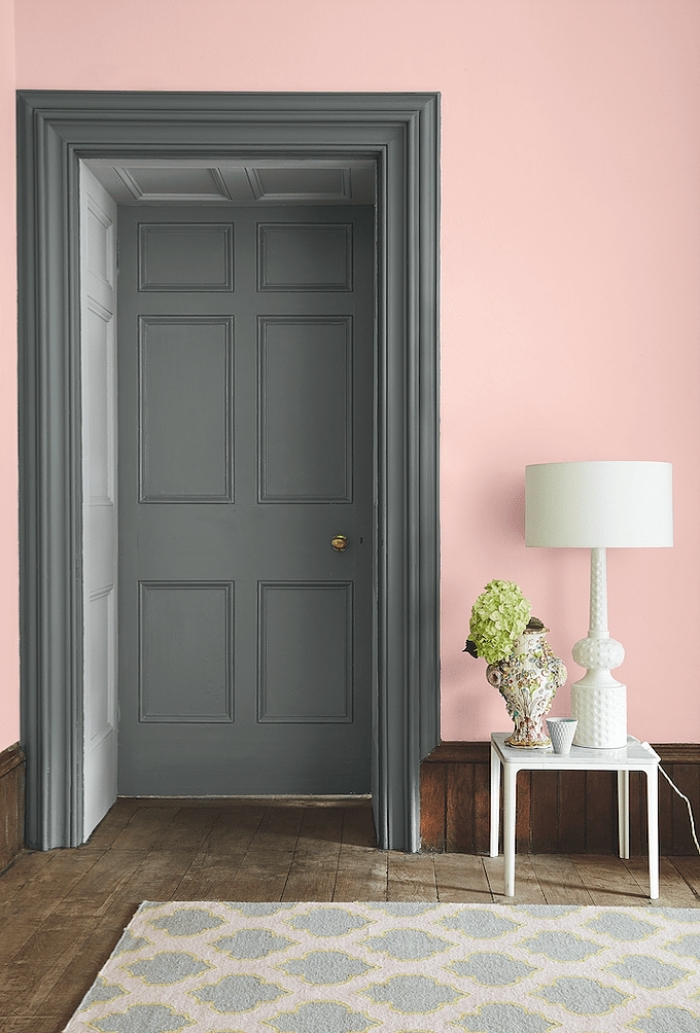 quelle peinture porte intérieure pour un effet de profondeur, porte et encadrement peints en gris anthracite