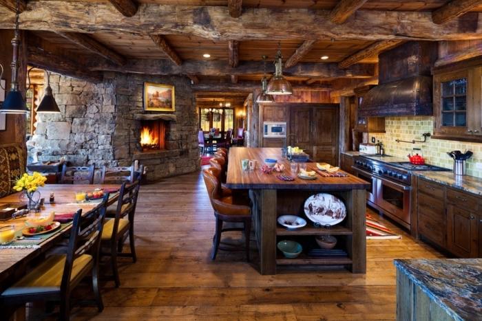 design intérieur cabine de bois avec une cuisine ouverte vers la salle à manger au plafond en poutres bois massif