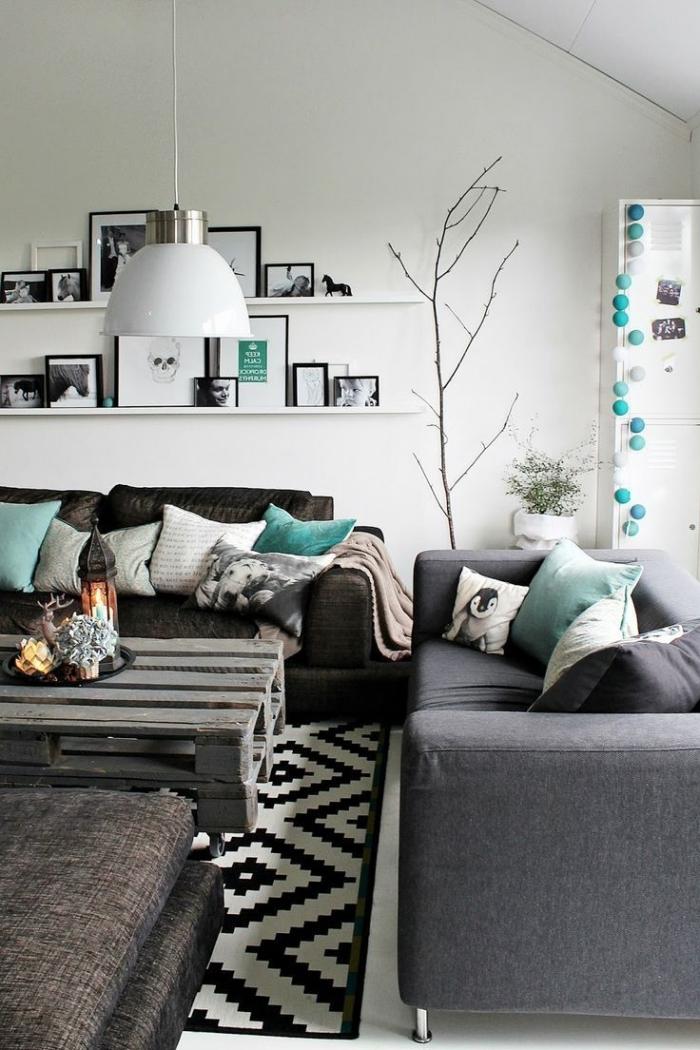 un décor nordique aux touches de vert d'eau et de noir, salon nordique avec un coin cozy organisé autour de la table palette récup