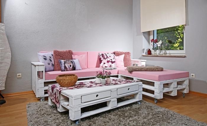 aménagement espace intérieur avec mobilier en palette, modèle de canapé et de table basse en bois peint en blanc