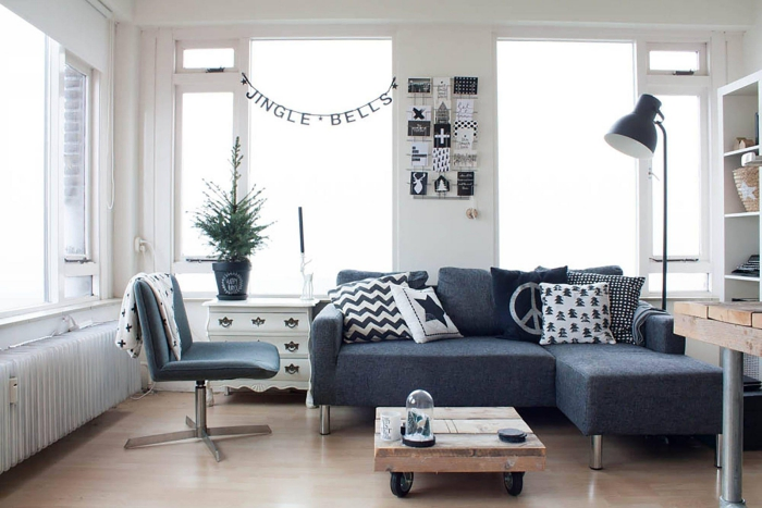 salon nordique en noir et blanc d'ambiance à la fois cozy et élégant, avec une table palette à roulettes au look industriel