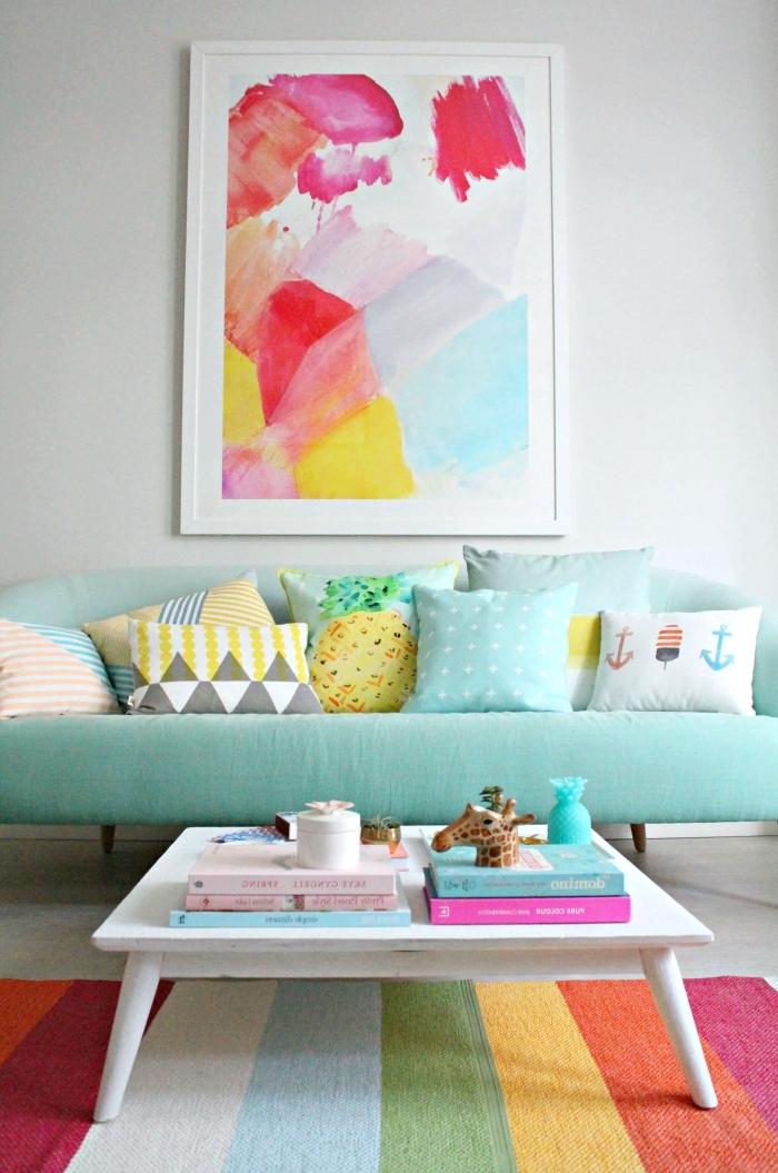 une déco de salon haute en couleur en nuances pastel et teintes acidulées pour dynamiser l'intérieur et lui donner un air de vacances