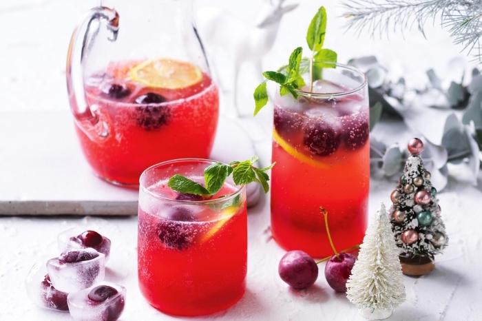 préparer un jus de fruit maison aux cerises et jus de citron, idée limonade aux fruits rouges avec tranches de citron