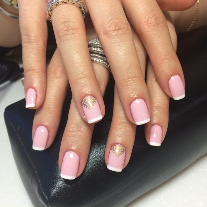 manucure de style français avec vernis de base rose et bouts blancs, joli déco nail art à effet or métallique aux motifs géométriques