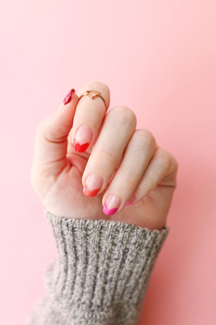 modele d ongle en gel de style minimaliste avec vernis de base transparent et déco sur les bouts en rouge et rose forme coeurs