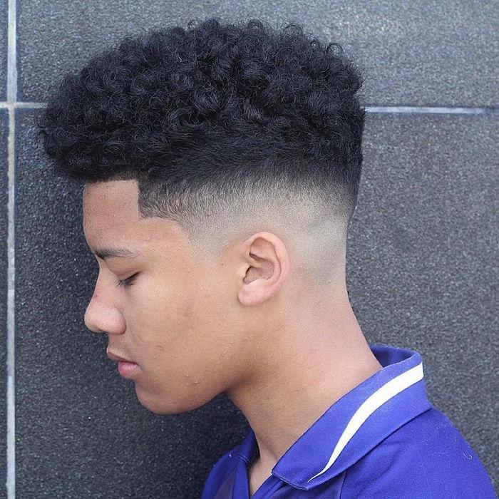 coupe afro homme ado jeune avec dessus epais frisé crepus et dégradé court