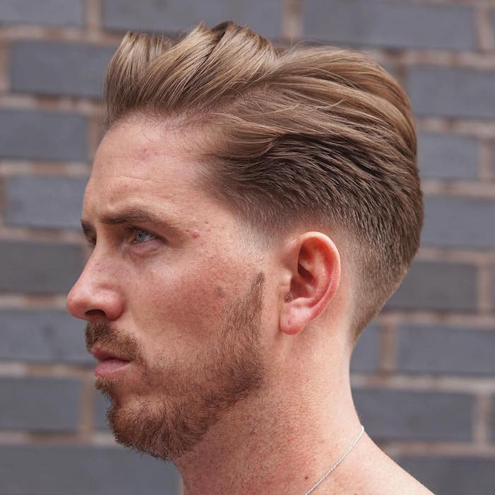 coupe homme dégradé bas sur la nuque et cheveux blonds longs sur le dessus