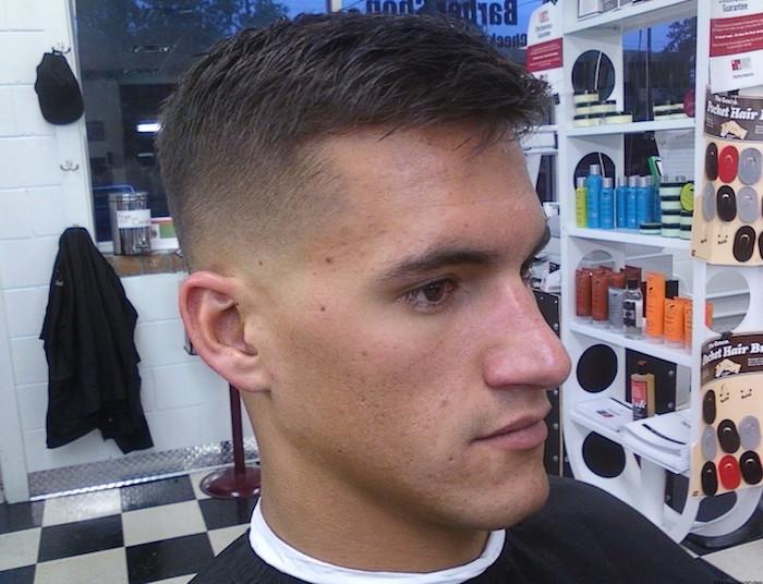 coiffure homme courte avec dégradé progressif moyen simple style militaire