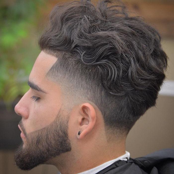 coiffure tendance pour cheveux bouclés épais dessus en arriere et coté court avec fondu homme
