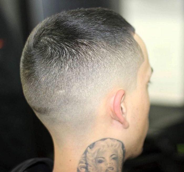 coiffure américaine homme en fondu dégradé court américain avec tattoo marilyn dans le cou