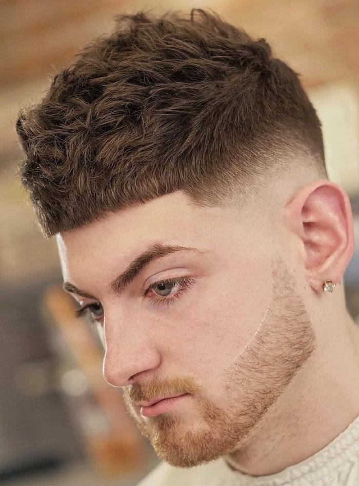 coupe courte garcon chatain avec dégradé haut à blanc et dessus épais et barbe rousse courte
