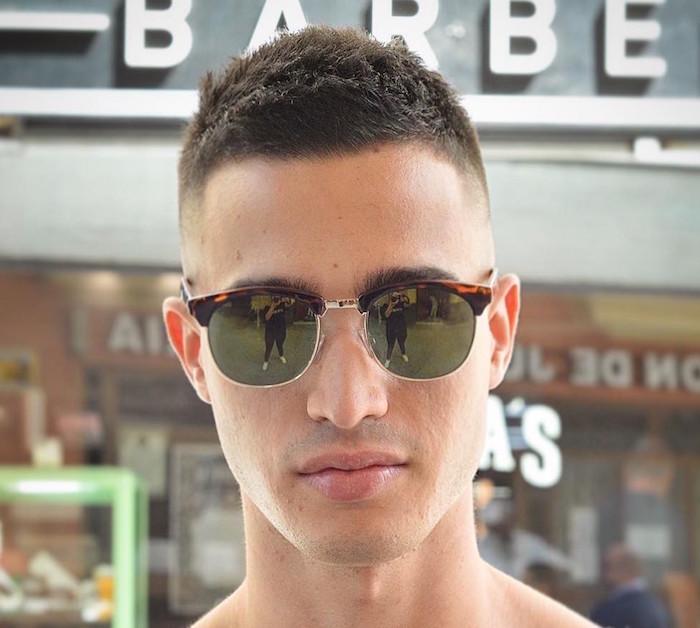 coupe de cheveux jeune homme courte et simple passe partout pour visage fin