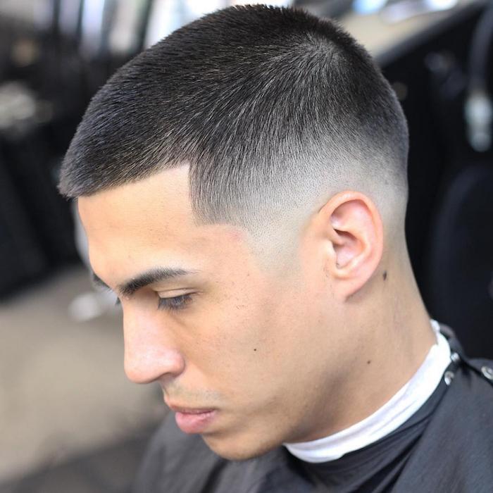 fondu coiffure homme courte simple avec dégradé à blanc bas