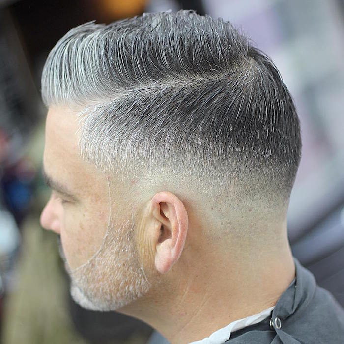 coupe homme cheveux gris poivre et sel tendance sur le coté et dégradé fondu