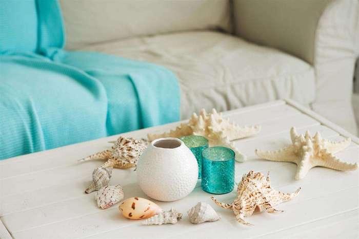 bricolage facile et rapide pour créer une déco table blanche de coquilles de mer qui entourent un bougeoir diy, deco bord de mer