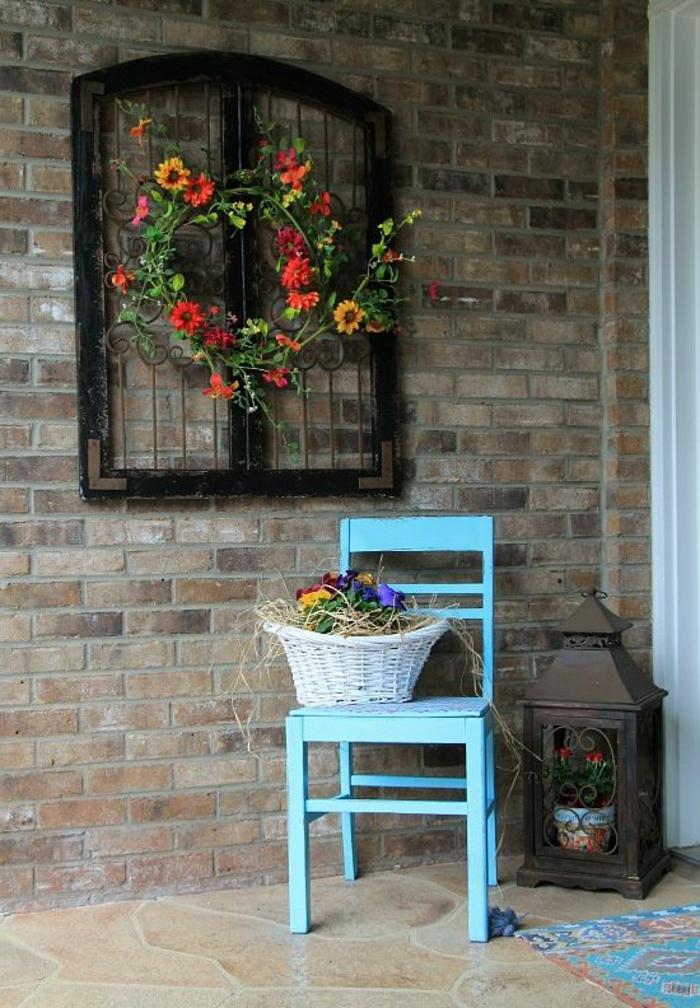 habiller un mur exterieur, deco mur exterieur, mur en briques rouges et grises, habillé avec un cadre de fenêtre en style vintage, chaise en bois peint en bleu pastel, sol imitation marbre en nuances jaunes