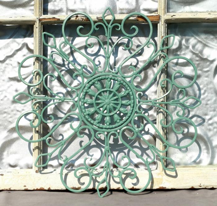 aménagement extérieur maison, élément en métal couleur vert menthe, type de mandale en style rétro,posée a cote d'un vieux cadre de fenêtre en peinture ivoire usée