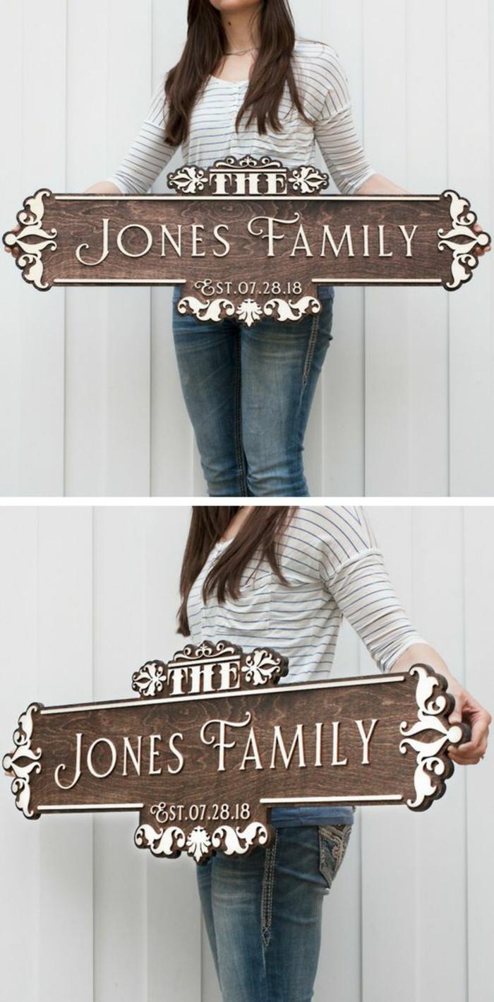 habiller un mur extérieur, deco mur exterieur avec plaquette en métal marron et blanc avec le nom de la famille qui habite dans la maison
