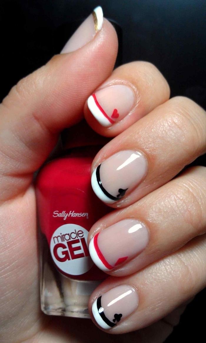 modele ongle en gel à design french avec base transparentes et bouts bicolore en blanc et rouge noir avec dessins symboles de carte