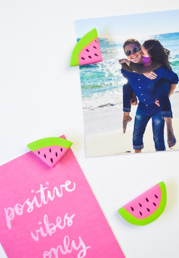 des aimants en pate fimo imitation pasteque en vert, rose et noir pour accrocher des photos et notes importantes sur le frigo, activiter manuelle adulte simple