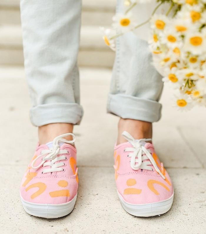 tennis rose customisés de touches de peinture orange pour tissu, idée d activité manuelle pour ado originale