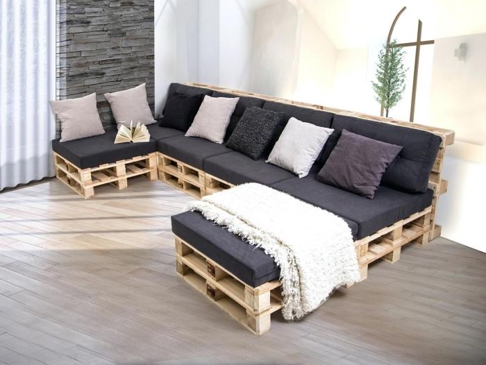 déco salon aux murs blancs avec meuble de bois et coussins décoratifs en couleurs neutres ou pastel, modèle de canapé en palette