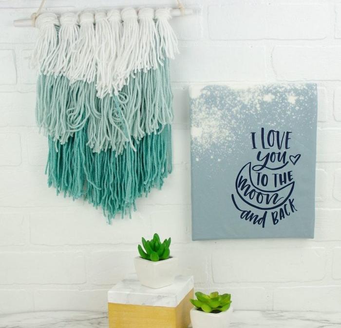 diy macramé en fils blancs et bleu sur un batonnet, deco mur en briques blanches, plantes succulentes en pots, deco marbre